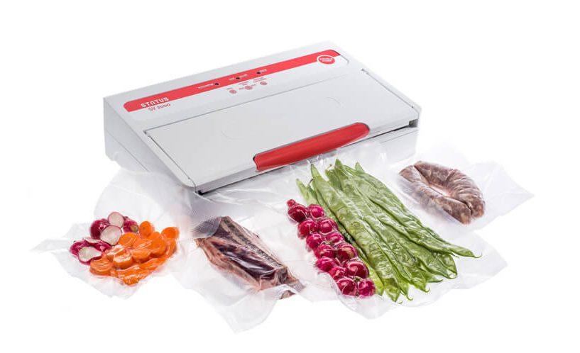 Vakuumirka SV2000 z zavakuumiranim stročjim fižolom, redkvico in slanino na beli podlagi.
