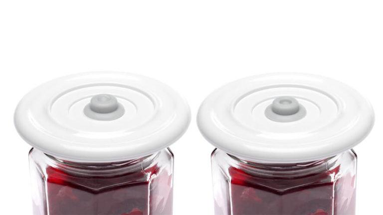universal vacuum lid 2 on a jar of beetroots