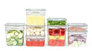 gostinske vakuumske posode s shranjenimi živili